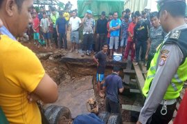 Jalan Jendral Sudirman Km 124 Sampit-Pangkalan Bun ambruk