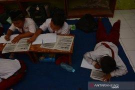 Atap ruangan terbakar, pelajar SDN Badang 2 Jombang belajar di luar kelas
