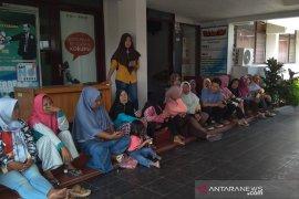 Puluhan pekerja PT BCC datangi Disnaker Bengkulu adukan upah tak dibayar