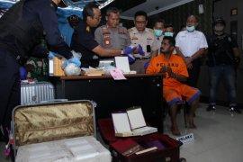 Petugas Bea Cukai Juanda gagalkan penyelundupan 1,3 kilogram sabu-sabu