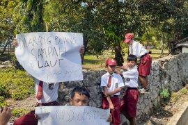 Puluhan siswa SD bersihkan sampah pesisir Pantai Carita