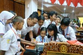 Ratusan pelajar SD belajar tugas dan fungsi  DPRD Surabaya