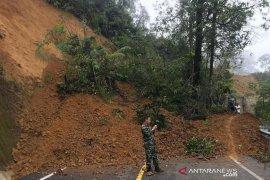 Longsor 25 meter putuskan akses jalan di Aceh Tengah