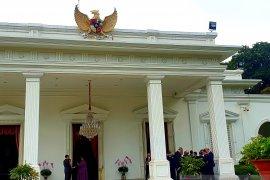 Presiden Jokowi diskusi dengan dubes LBBP di beranda Istana Merdeka