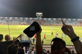 Liga 1: Penonton masuk lapangan, laga Persela vs Perseru dihentikan