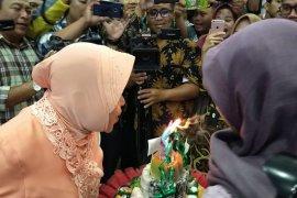 """Wartawan """"kesurupan"""" saat merayakan ultah Wali Kota Risma"""