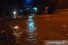 Jembatan utama terancam ambruk akibat banjir di Solok Selatan