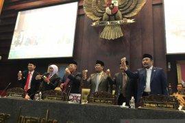 Tepis isu dioksin, Gubernur dan legislator Jatim makan telur ayam saat sidang paripurna