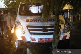 Ambulans RSUD Meulaboh tabrak median jalan, warga berhamburan