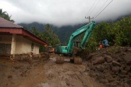 Banjir menyusut, warga Agam mulai bersihkan rumah