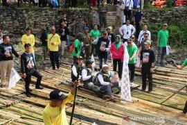 Bamboo rafting puncak Festival Loksado 2019