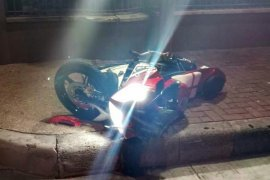 Nabrak pagar apartemen penumpang sepeda motor Yamaha R15 tewas di tempat