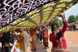 Parade batik 1.000 meter di Mojokerto
