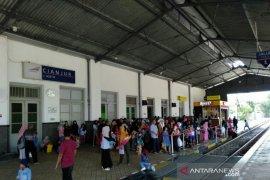 Stasiun KA Cianjur pasang pagar pembatas peron ring I