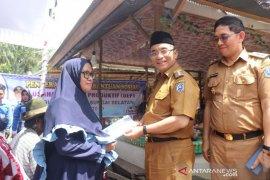 Bupati HSS serahkan bansos untuk KPM Kecamatan Simpur dan Kalumpang