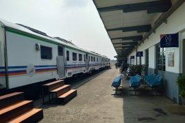"""Ada 10 kereta api jarak jauh """"mampir"""" di Stasiun Karawang"""