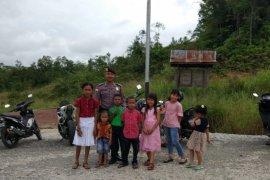 Dekat dengan anak-anak di perbatasan, Polisi tanamkan cinta tanah air