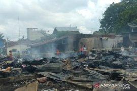 Ratusan pedagang berduka, Pasar TPO Tanjungbalai tinggal puing