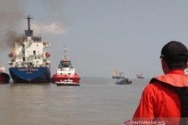 KM Tanto Ceria terbakar di perairan Gresik (Video)