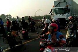 Truk dengan bus terlibat kecelakaan di lingkar timur Cianjur