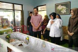 Melayat ke rumah duka ibunda Ketua DPRD Surabaya, Risma sampaikan belasungkawa