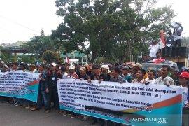 Ratusan warga berunjukrasa tuntut revisi HGU PT SIL
