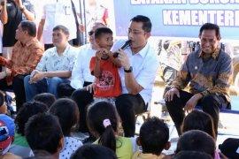 Mensos hibur ratusan anak korban gempa di Ambon
