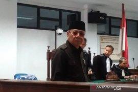 Mantan Bupati Simeulue Darmili menangis di pengadilan tipikor