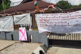 Masyarakat segel kantor desa Negeri Lama terkait DD dan ADD