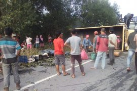 17 orang luka akibat truk terbalik di Siak Riau