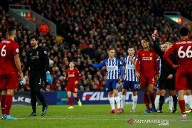 Kartu merah kiper Alisson membuat kemenangan Liverpool lebih spesial