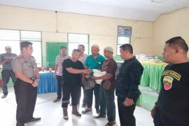 PT.KMP bagi sembako kepada warga kurang mampu