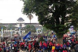 Protes Kepgub UMK 2020, Buruh Jawa Barat kepung Gedung Sate