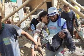 Atap aula pendapa kantor kecamatan di Jember ambruk, seorang pekerja terluka (Video)