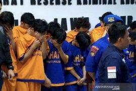 Polisi paparkan modus komplotan pembobol kartu kredit beromzet 40.000 dolar AS di Surabaya