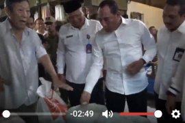 Ditemukan beras berbau tak sedap di Gudang Bulog (video)