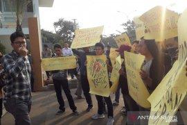 Puluhan wartawan gelar solidaritas di Polres Tangsel, minta kekerasan diusut