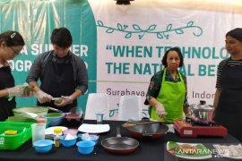 Puluhan mahasiswa asing Ubaya belajar buat kue tradisional (Video)
