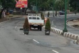Pot bunga pindah ke tengah jalan