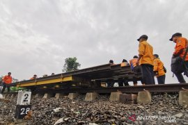 PT KAI kerahkan 200 personel perbaiki jalur KA yang tergerus longsor