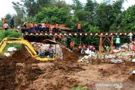 PT KAI bangun jembatan sementara di lokasi longsor agar KA Pangrango bisa melintas