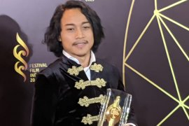 Aktor Terbaik FFI 201dedikasikan Piala Citra untuk Shahrukh Khan