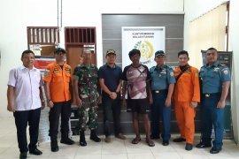 TNI AL serahkan satu warga Filipina yang terdampar di wilayah RI ke kantor Imigrasi Tahuna
