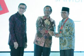 Gubernur Jambi dianugerahi penghargaan pembina kabupaten/kota peduli HAM