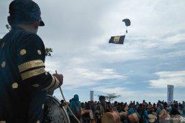 Lantamal II kerahkan puluhan penerjun payung meriahkan Hari Nusantara di Pariaman
