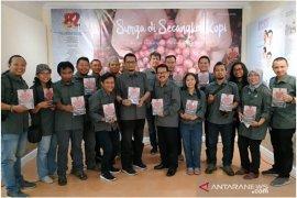 """HUT Ke-82, LKBN ANTARA Jatim luncurkan buku """"Surga di Secangkir Kopi"""""""