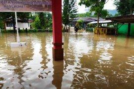 Ratusan siswa tidak bisa laksanakan ujian akibat jalan menuju sekolah terendam banjir