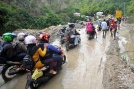Sempat tertimbun material setinggi 1,5 meter, Jalan nasional Solok-Solsel sudah bisa dilalui