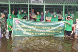Ibu Persit Singkawang bantu korban banjir di pengungsian