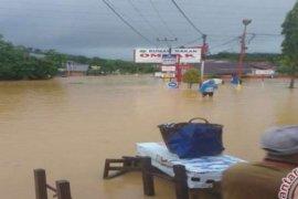 Jalan Andir-Katapang Bandung lumpuh